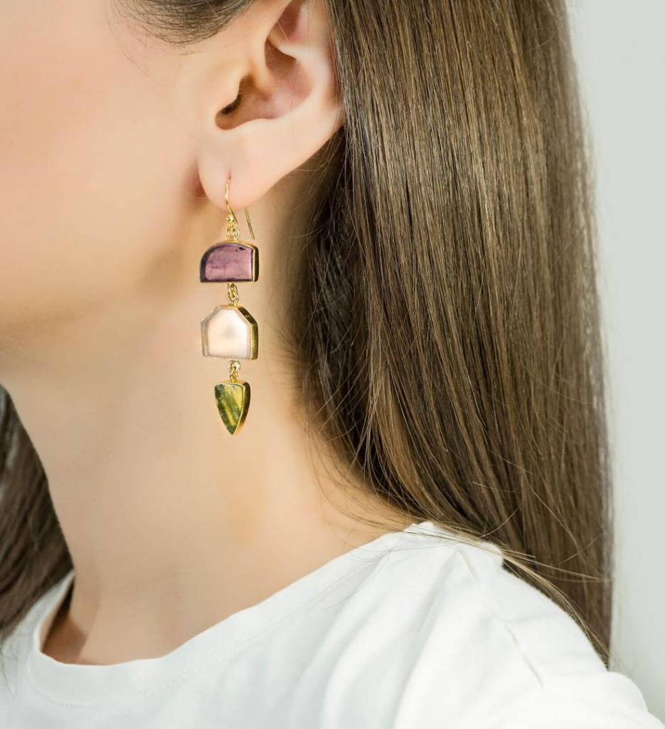εκκεντρικά μεγάλα σκουλαρίκια με χρωματιστές πέτρες κάθετη τοποθέτηση