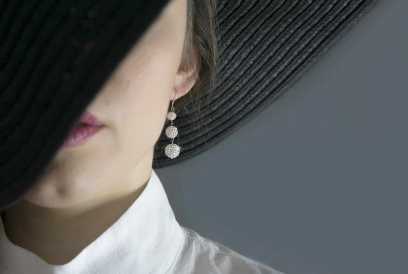 εκκεντρικά μεγάλα σκουλαρίκια για να αναδείξεις το look σου