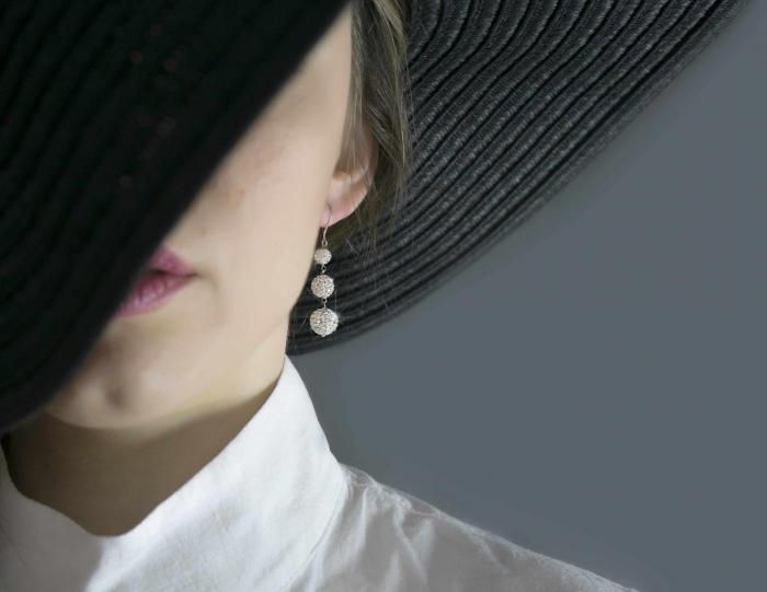 Πώς ένα ζευγάρι εκκεντρικά μεγάλα σκουλαρίκια μπορούν να αλλάξουν το βαρετό σου outfit!